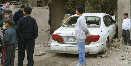 Barn samlet ved den ødelagte bilen til Amer Nayef i dag. (Foto: Scanpix / AFP)