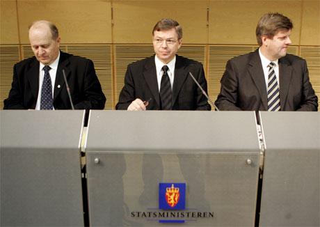 Regjeringspartiene, her representert ved Jan Einar Dørum (V), Kjell Magne Bondevik (KrF) og Ansgar Gabrielsen (H), vil ikke ha godt av renteøkninger frem mot valget. Foto: Scanpix.