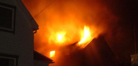 Huset i Nørvågen blei totalskadd i brannen. Foto: John Birger Våge.