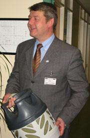 Moderniseringsminister, Morten Andras Meyer ser på Raufoss som et flaggskip.(Foto:NRK)