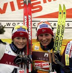 Hilde Gjermundshaug Pedersen (t.v.) har riktig skimerke, mens Marit Bjørgen risikerer å ikke få det beste utstyret. (Foto: Erlend Aas / SCANPIX)