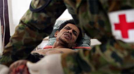 Australsk medisinpersonell i Banda Aceh behandler en av de skadde. Norges Røde Kors har støtt på problemer i byen. (Foto: Reuters/Scanpix)