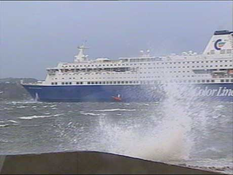 Prinsesse Ragnhild i full storm i Kristiansand Havn (foto: Gunnar Olsen, NRK Sørlandet)