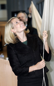 Kronprinsesse Mette-Marit avduket en glassutsmykning da hun onsdag sto for den offisielle åpningen av en ny avdeling ved Ringerike sykehus i Hønefoss. Foto:Terje Bendiksby \ Scanpix