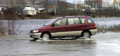 fra Høvleritomta ved Rema 1000 i Halden. Der har elven Tista gått over sine bredder for annen gang, og vannet steget på parkeringsplassen. (Foto: Rainer Prang, NRK )