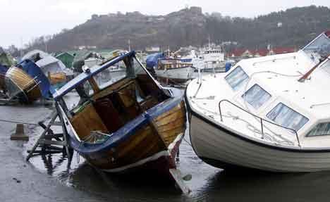 Stormen lagde store problemer i Østfold onsdag. Bildet er fra Mølen-området i Halden, der en rekke båter er i vinteropplag. ( Foto: Rainer Prang, NRK )