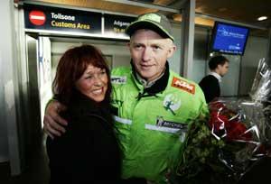 Pål Ander Ullevålseter tok et godt tak rundt kona Solveig da han kom hjem. (Foto: Erlend Aas / SCANPIX)