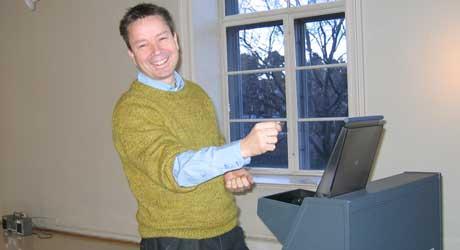 Kunstner Odd Fredrik Heiberg med sin pengemaskin.
