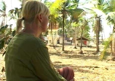 Lise Bang Ericsson i det ødelagte ferieparadiset i Phuket i Thailand har ikke gitt opp håpet om å finne Ragnar. (Foto: NRK)