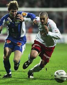 Wade Barrett (t.h.), slik FFK-supporterne husker ham, i tøff kamp med motstanderne. Her mot Bjørn Johansen, TIL. Foto: Sverre Jarild / SCANPIX