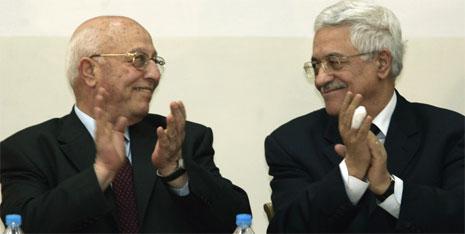 Palestinernes nye president Mahmoud Abbas (t.h) og statsminister Ahmed Qureia (t.v) klapper etter innsettelsen i Ramallah i dag. (Foto: AP/Scanpix)