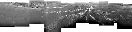 Titan – sammansett panoramabilete over bakken sett frå 8 kilometer høgde. Landingsområdet til høgre. (Foto: Reuters/ESA/NASA)