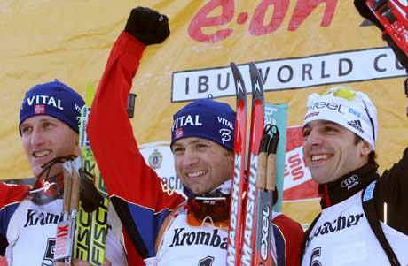 Lars Berger (t.v.) og Ricco Gross sammen med Ole Einar Bjørndalen på pallen etter at han tok sin 47. seier i verdenscupen. (Foto: AP/Scanpix)