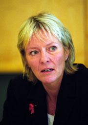 Kristin Clemet, utdanningsminister, presenterer boka til Eidsvåg.
