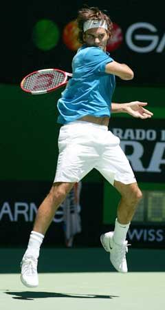 Roger Federer i aksjon i første runde. (Foto: Reuters/Scanpix)