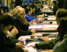 VALGKAMP: Også på Wembley Conference Center i London pågår registreringen av velgere. Foto: AFP/Scanpix.