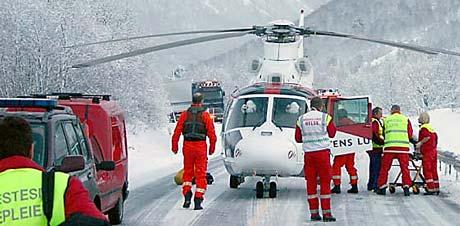 Ambulansehelikopteret frakta den skadde kvinna til sjukehuset (Foto: Reidar Opsal, Bygdebladet)