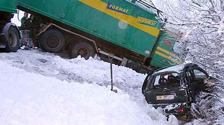 Både personbilen og vogntoget havnet utfor vegen (Foto: Reidar Opsal, Bygdebladet)