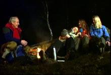 Øystein Dahle, Olav Viksmo, Tone Jorunn Tveito og Ingrid Vadder koser seg rundt bålet. (Foto: Petter G. Olden - FTV)