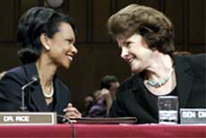 MEKTIGE DAMER: Condoleezza Rice og demokratenes lederer i Sentates utenrikskomité Diane Feinstein har åpenbart god kontakt. Foto: Reuters/Scanpix.