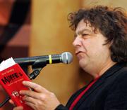 Arne Garvang leser fra sin egen bok, «Muffe 2 - og bakom synger hverdagen». Foto: Scanpix.