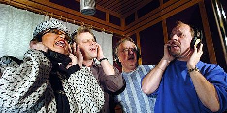 """Mange av de største navnene innen danseband-Norge var med på innspillingen av """"Hva venter nå"""". Fra venstre: Jenny Jenssen, Kjetil Nordfjeld, Arnstein Tungvåg(Dænsebandet) og Rune Rudberg. Foto: Henning Gulbrandsen, Oppland Arbeiderblad."""