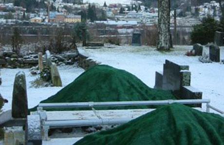 Bildet viser gravplass som er presset inn mellom gamle, - mens Holt kirkegård i bakgrunnen(med tårn) ligger ubrukt.(Foto:NRK)
