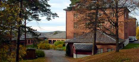 Hærens forvaltningsskole ble i 1983 flyttet fra Oslo til Halden. Fra 2002 fikk skolen status som Forsvarets forvaltningsskole, som underavdeling av Akershus. Foto: Rainer Prang, NRK.