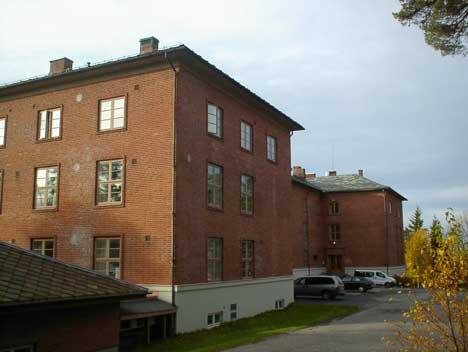 Kasernen på Forvaltningsskolen har 75 rom. Både skole- og kaserne er pusset opp for betydelige beløp senere år. Foto: Rainer Prang, NRK.