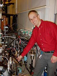 Komlisert, men enkelt....Armin Hafner foran testriggen for CO2 varmepumpe (Foto: NRK)