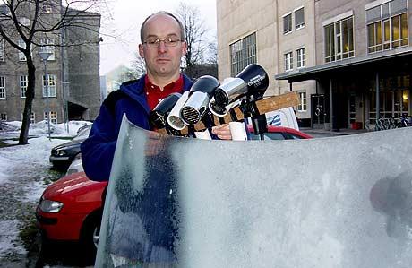 Armin Hafner blåser bilruta ren (Foto: NRK)
