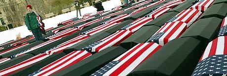 MALCOM X-PARKEN: Demonstranter plasserte kister isvøpt amerikanske flagg i parken for å minnes soldatene som er drept i Irak. (Foto: Shannon Stapleton/Reuters)