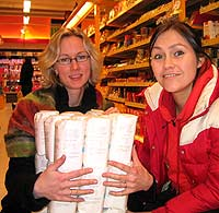 Siv Tone Natland og Unni med 45 kg sukker. Så mye spiser hver innbygger i Norge hvert år. Det meste får vi i oss gjennom søtsaker, brus og saft (Foto: NRK)