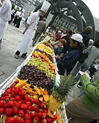 Verdens lengste fruktfat - i Oslo (Foto: Scanpix/Morten Holm)
