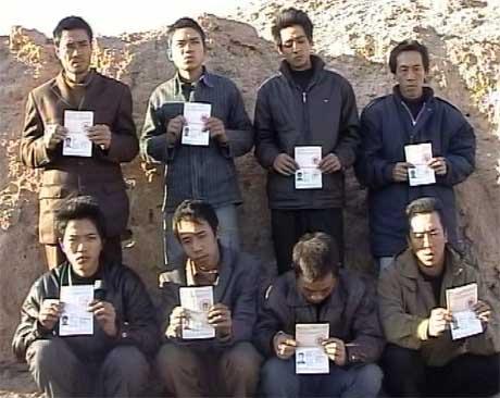Bilde hentet fra amatørvideo av de bortførte kineserne (Scanpix/Reuters)