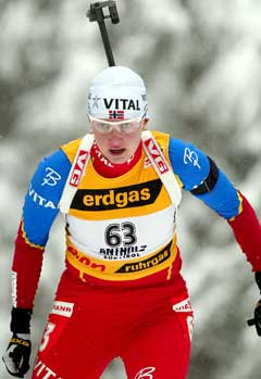 Linda Tjørhom på vei til 3. plass i Anterselva. (Foto: AP/Scanpix)