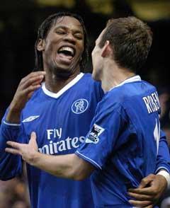 Didier Drogba jubler sammen med Arjen Robben etter å ha scoret sitt andre mål mot Portsmouth. (Foto: AP/Scanpix)