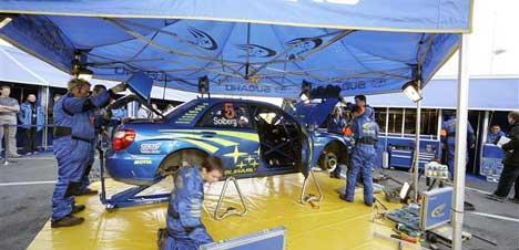 Bilen til Petter Solberg blir plukket helt fra hverandre på service, foto:swrt.com