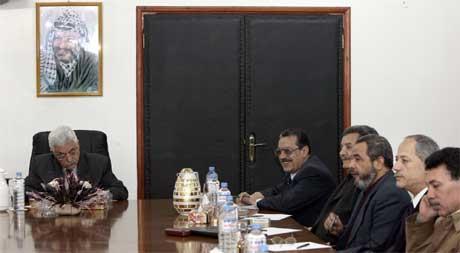 Abbas (t.v.) forhandlet i hele går med militante fraksjoner for å få dem til å innstille voldshandlingene. Her fra et møte i Gaza By (Scanpix / AP)