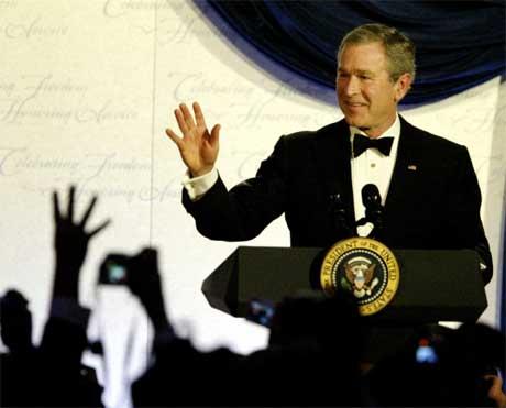 Bush på Constitutional Ball. De fire fingrene i været skal symbolisere de fire nye årene for Bush i Det hvite hus (Scanpix / Reuters)