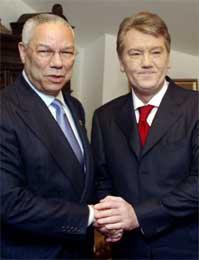 Jusjtsjenko vil åpne Ukraina mot Vesten og feiret dagen med Colin Powell (Scanpix/AP)