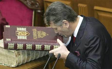 Jusjtsjenko kysser Grunnloven etter edsavsigelsen (Scanpix / AP)