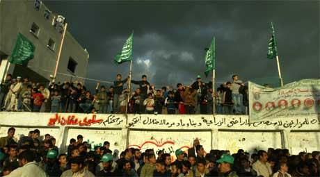 Hamas har signalisert at de kan gå inn i en roligere periode, men at det igjen bygges på muren, roer ikke gemyttene. Her fra en markering i Beit Hanoun på Gazastripen (Scanpix / Reuters)