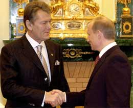 Et vennlig håndtrykk, men Jusjtsjenko har allerede vist sin selvstendighet ved å utnevne en statsminister som Putin ser på med skepsis (Scanpix/Reuters)