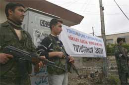 Både arabere og turkmenere (som på bildet) protesterer mot at kurdere som ikke kommer fra Kirkuk, får stemme (Scanpix / AFP)