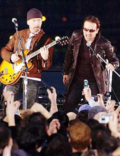 The Edge, Bono og U2 kan komme til å tjene over 1,5 milliarder kroner på årets turné. Foto: Bryan Bedder, AFP Photo.