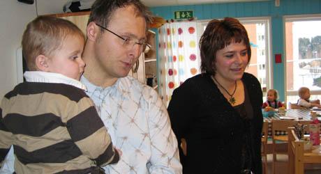Styreleder og far, Johannes Christensen, og daglig leder Tone Fleischer er begge positive til satsingen på data i barnehagen. Foto: Kate Barth-Nilsen, NRK.