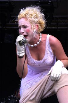 Karismatiske Agnete i utfoldelse på Storåsfestivalen 2004. Foto: Vilde Batzer, NRK