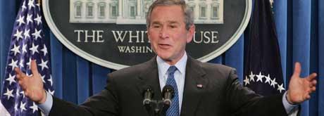 GESTIKULERENDE PRESIDENT: George W. Bush under pressekonferansen i Det hvite hus. (Foto: Ron Edmonds / AP / Scanpix)