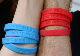 CONT ME...: Politiske armbånd er det siste nye i USA. Blått eller rødt? Kjekt å ha på tur. (Foto: AP Photo/J. Pat Carter)